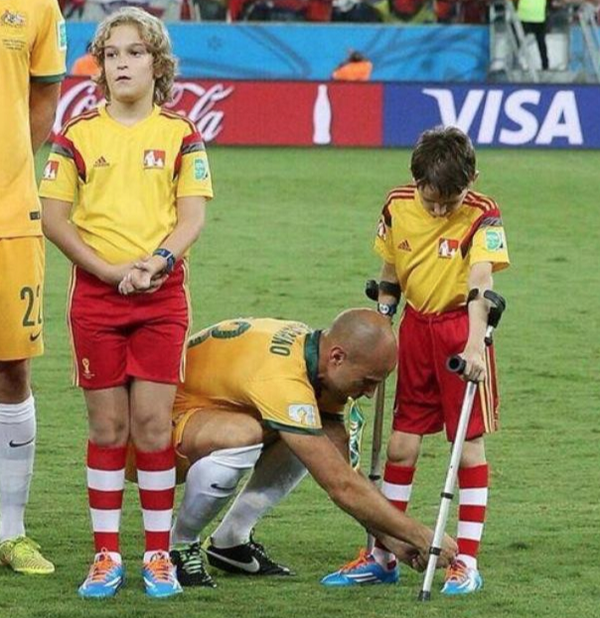 The World Cup is about more than just winning or losing. Bresciano = class act. @Socceroos pic via @Godders_20 http://t.co/HpLGlQXGF6