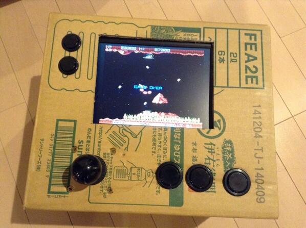 ついカッとなってダンボール箱で筐体を作った。後悔はしてない。 pic.twitter.com/u8mkIZIdCJ
