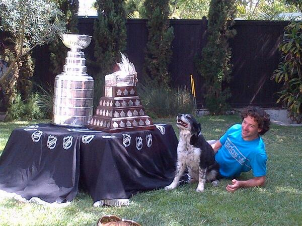 Justin Williams enjoys a moment with his dog Prince and some Silverware @LAKings  @HockeyHallFame @NHL  #StanleyCup http://t.co/n5seQ0ZJdT