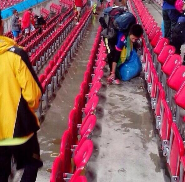 Japanese supporter picked up their trash after the game yesterday. I'm proud of my country! Let's RT! (^_^) #WorldCup http://t.co/hze35FWsIJ