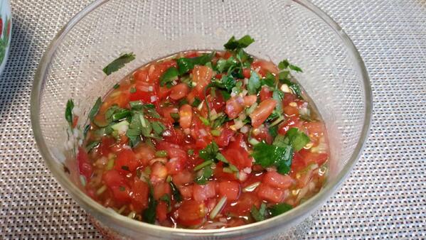 夏の、ちょっと食欲のない時、さっぱりしたトマト丼がお勧め。これ、前も書いたけど料理番組で西城秀樹が紹介していたもの。トマトをさいの目に切り、三つ葉、生姜をみじん切りにしてまぜ、味付けは塩だけ。アツアツご飯にのせるだけ。 http://t.co/uDzrvk14JJ