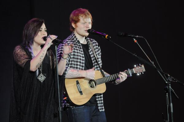 #ThatHappened! @edsheeran & @ddlovato duet #MYBigNightOut http://t.co/8PRuAe0Ke7 http://t.co/GTTTiIVVi8