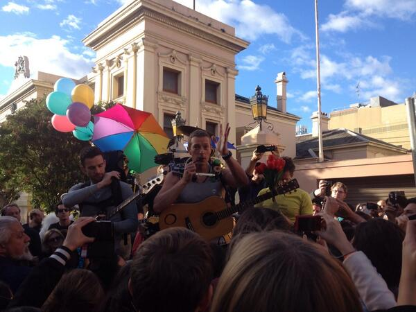 .@coldplay thanking their fans in Newtown. Filming for their clip has wrapped up now #ASFOSvideo http://t.co/rGmtYVx1SP