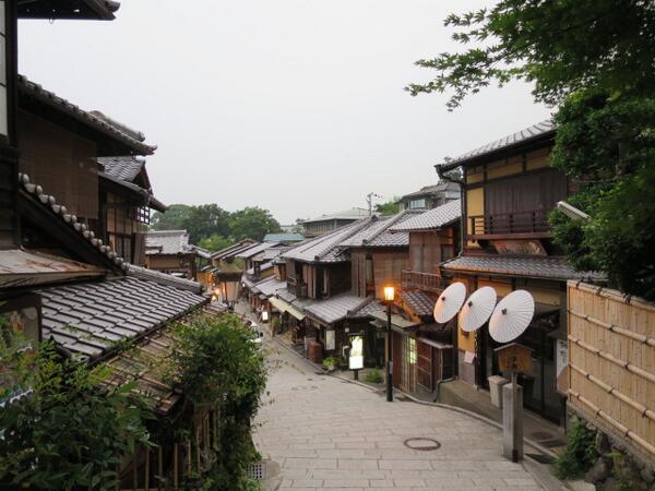 清水寺が閉まった後の二年坂、三年坂界隈は昼間の雑踏が嘘のように静まりかえる。京都らしさを独り占めしたければ日が暮れる少し前か早朝に行くのがおすすめ。 http://t.co/7OEbAQoBZQ