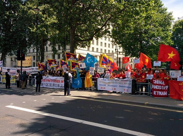 イギリス。チベット、ウイグル、そしてベトナム国旗と南ベトナム旗も一緒に揚げて中国に抗議している。 RT @SFTUK #FreeTibet http://t.co/hIgSaBcek6
