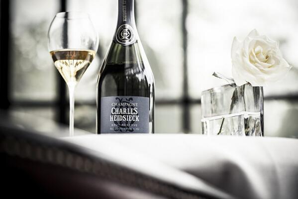Manca poco a #charliesway! Al @CAVOLIAMERENDA1 dei fortunati blogger stanno per incontrare M. Charles #champagne http://t.co/gTXHDLxZDS