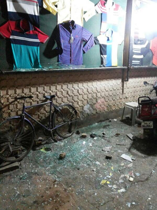 In wee hours,  100s Muslims come with bagful of stones, & showers it on ur shops 4 no reason. Welcome 2 Ahmednagar. http://t.co/IXC7oTBexe