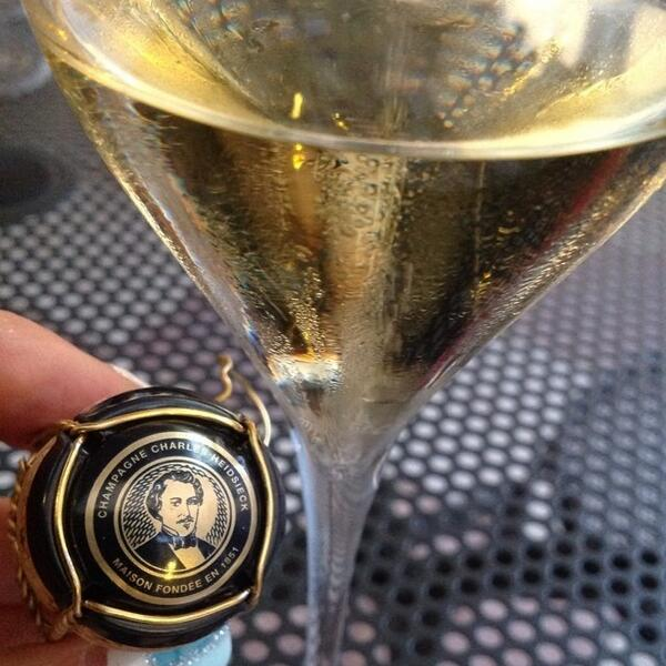 Sono donna di rossi... stasera li tradisco :-( ma con un buon #champagne :-) #charliesway @philarmonicaspa http://t.co/Z8UsyfqkR6