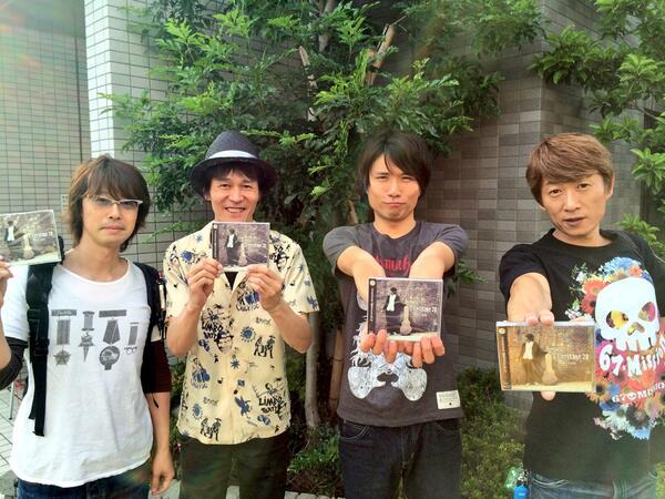 本日はフジタユウスケ5thアルバム「Heritage 30」の発売日!RECメンバーはこちら!左からベース・木下裕晴!キーボード・伊東ミキオ!ギターボーカル・フジタユウスケ!ドラム・川西幸一!皆様のお手元にも是非! #ysk_jp http://t.co/2RqmXXdATx