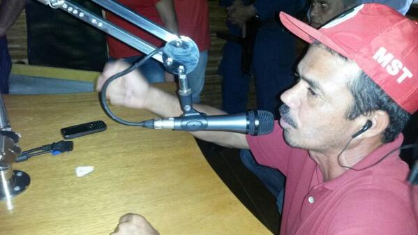 Esse integrante do MST ocupou o microfone  da emissora por alguns instantes, onde desferiu ataques ao radialista http://t.co/H5EvKCWwz1