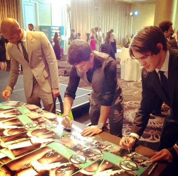 It's a race! Poster signing vs. @McQueeninchains & @kendrick38. I lost. #ThirstGala @thirstproject http://t.co/PTW8BxeBTu