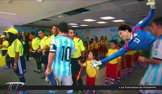 """""""@vampipe: Memo Ochoa se lanza para saludar al niño ignorado por Messi. http://t.co/CkM2wV3pJD"""""""