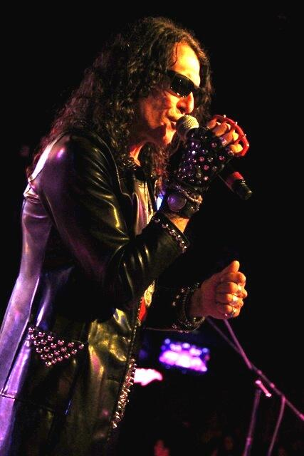 "RATT Stephen Pearcy using the original ""Spike"" Model Mic Knuckles 6/13/2014 http://t.co/vsFg0OY3Ku"