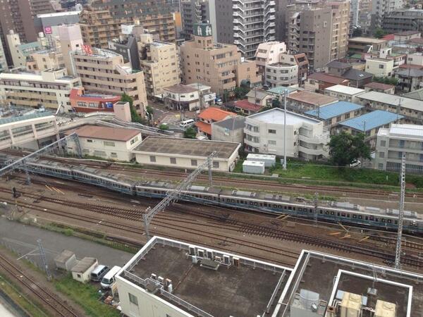 小田急線が相模大野付近で脱線と友人がFBに投稿「線路を走る電車の異常な音がみみに入り、ベランダに出ると、誰も載っていない車両だけど、一両脱線したまま走り、パンタグラフが火花を散らしたあと、煙出ました」 http://t.co/ldUiFBWCwW