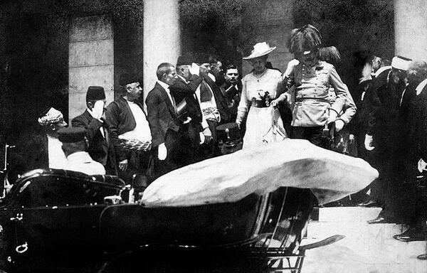 Warum fahre ich nicht mit dir nach #Sarajevo? Das könnte Spaß machen! @ArchdukeFranzi #KU_WWI #All4USophie http://t.co/KKkOeT7Kpf