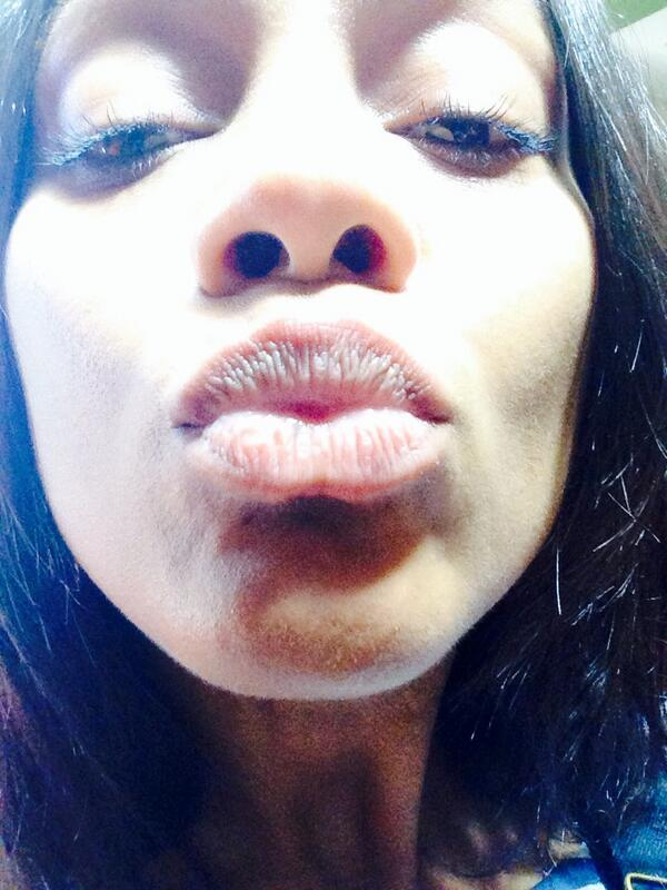 zoe saldana on twitter birthday kiss selfie saying thankyou. Black Bedroom Furniture Sets. Home Design Ideas