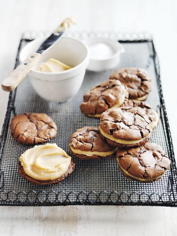 All my weaknesses baked into one treat... Salted caramel brownie sandwich cookies: http://t.co/Re0pjdqQkR. Enjoy! Dx http://t.co/AwhFagDdDW