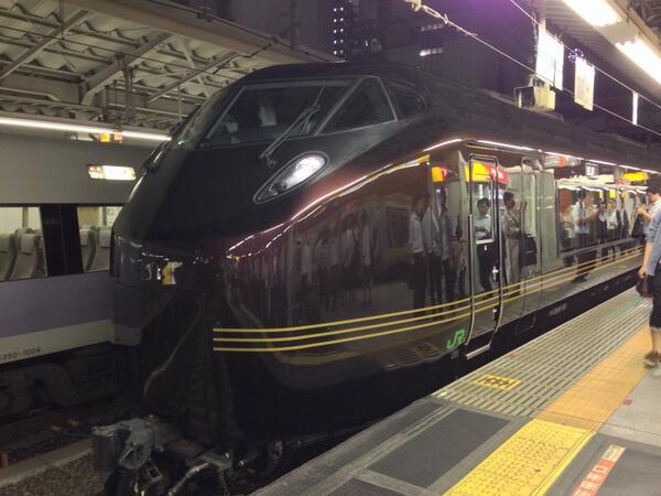 新宿駅の中央線ホームに、なんかかっちょいい列車が止まってて、みんなバンバン写真撮ってるから、ノリで撮ってみた。テツじゃないけど。なんだろこれ。モスラ? http://t.co/uccvBHXMrL