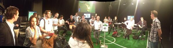 Les équipes de twittos France et Suisse en plein briefing à la @RadioTeleSuisse #SUIFRA #RTSmondial http://t.co/m22DFCKMfZ