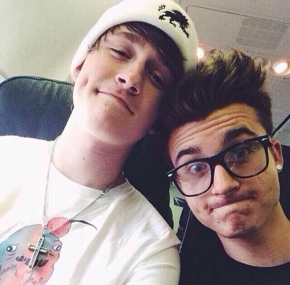On the plane with @WeeklyChris ✈️👌 http://t.co/rtB5Cx70o0