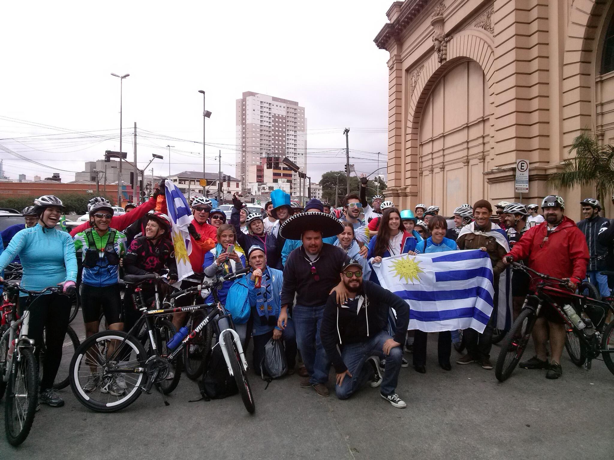 Em frente ao Mercadão em SP um grupo de ciclistas iniciou uma linda confraternização entre diversas torcidas http://t.co/AjsztqFhh3