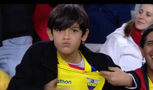 Alguien conoce a este niño?...la TV aca y la FIFA pasan su imagen miles de veces...buena imagen!! y lo maximo el niño http://t.co/fLBBfqrU09
