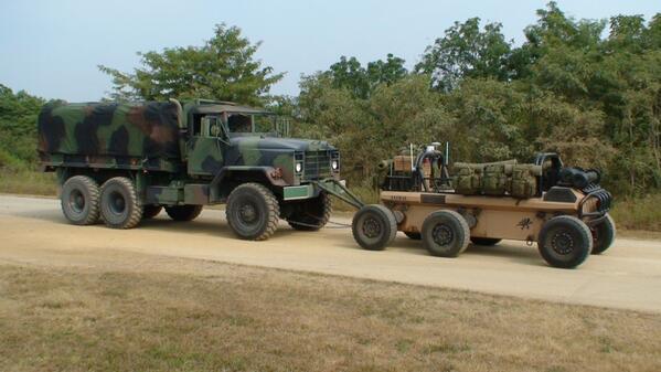 5tトラックを牽引するロボット。MULE Vehicleなるプラットフォームが5tトラックを牽引している様子とのこと。他にもMULE系列のファミリーは物資を運搬することで歩兵分隊の支援などを考慮される。