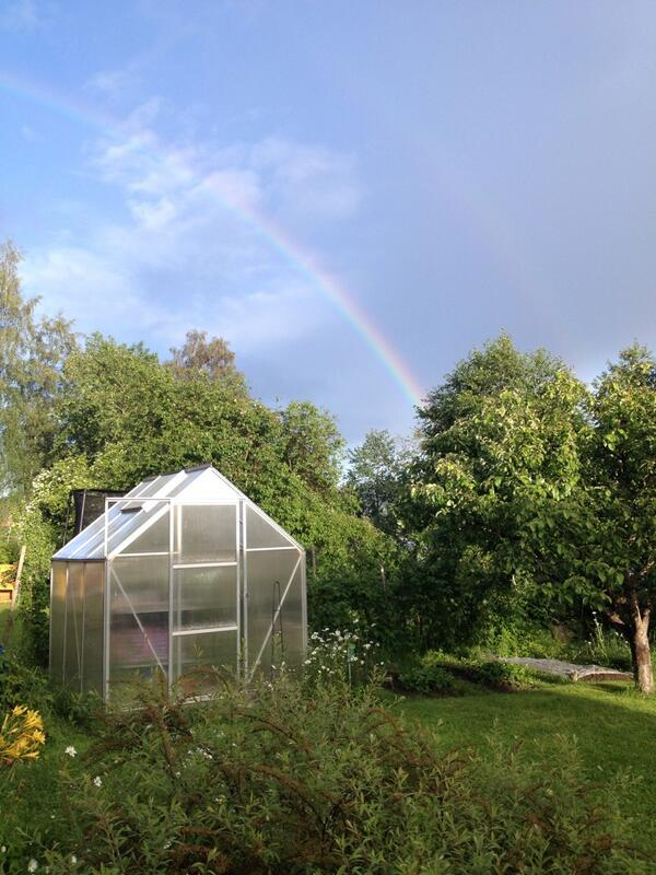 It was like a really beautiful rainbow today, it was raining but u can't see it tho. http://t.co/aYeiS3GU0A