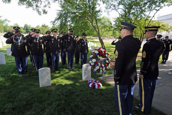 U S Army On Twitter Soldiers Pay Tribute To One Of The Usarmy S