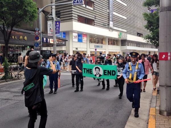 演奏隊のパレードだと思ったらデモ隊だった@新宿 演奏と先頭でフラッグ持って舞ってる女の人がすんごく上手かった http://t.co/n9EztxlCwt