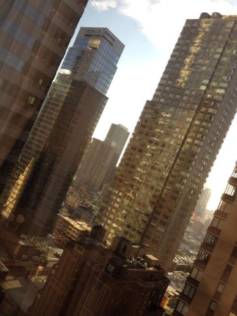 (夕方の街。高層ビルたくさんで、おじさんこの街をわいやーあくしょんで駆け抜けるのは大変じゃね…?っておもいながらも、あっここにバディいたらときめく…とおもってしまう業のふかいかんじのあれこれ。ちょうたのしい。)