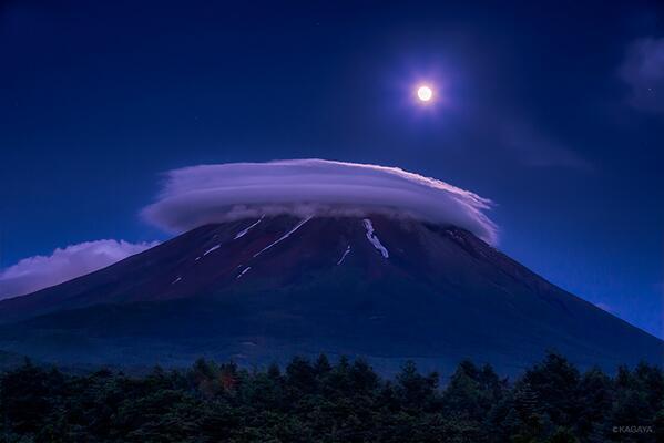 富士山世界遺産登録決定からちょうど1年が経ちました。昨年、登録決定の当日夜に撮影した見事な笠雲と満月です。 pic.twitter.com/Zt8uwp9TJd