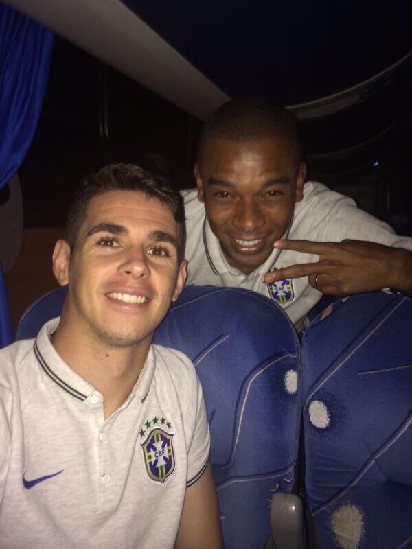 Voltando do treino no Mane Garrincha, com meu parceiro Fernandinho! Vamos com tudo amanhã! #VamoBrasil #tudoounada http://t.co/ptW0eX5FYI