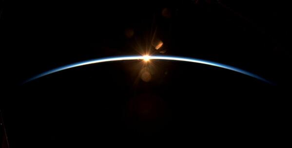 L'astronauta Alexander Gerst ci regala questa magnifica alba vista dalla Stazione Spaziale Internazionale #buongiorno http://t.co/jYREm1PWeg