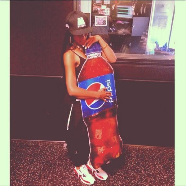 "What the....!!!!!! → ""@agnezmothequeen: Pepsi bottle? And the outfit tho! Stop copying Agnez Mo!! @MilaJ http://t.co/kRLrAinJIb"""