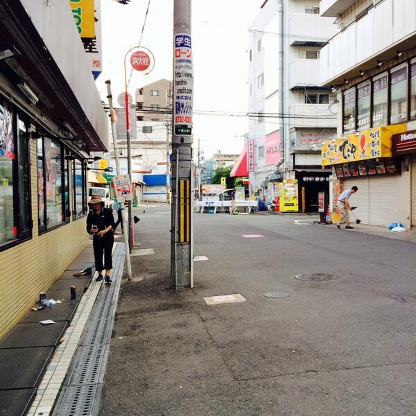 今日の朝、5:30の関大前通り。ビールの空き缶、タバコの吸殻、掃除してくれている地域の人がいました。なぁ、もっと綺麗に歩こう。僕らにはただの通学路かもしれんけど、ここに住んでる人たちもいるんやで。 http://t.co/b75IQf9v7V