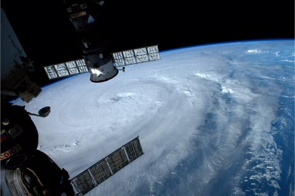 "ISSから宇宙飛行士が捉えた接近中の台風8号❗️皆さんお気をつけて… ""@astro_reid: #Typhoon Neoguri nearing Japan. Takes up our entire view.  Wow. http://t.co/9Ja2gW6jgk"""