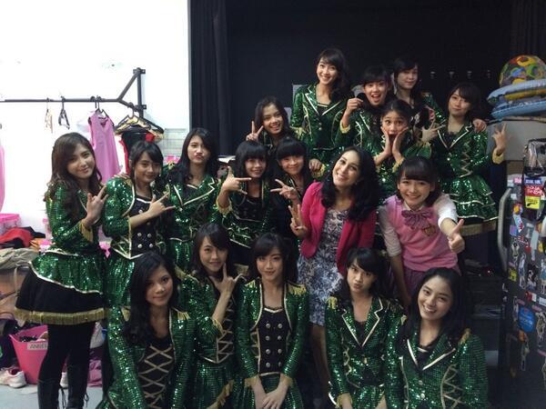 Jadi Ibu Guru buat anak-anak ini. Seru! @officialJKT48 #JKT48School http://t.co/6PO2wWVhLt