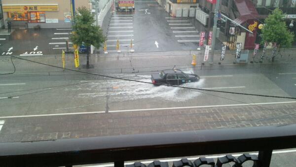 広島市内はただいま大雨です。店の前は広島電鉄の本社がある千田通りなのですが、宇品方面の車道は冠水しそうな勢いです。広島電鉄の社員さんが、電車の安全走行の為に通りにでてます。この辺りに来られる方はご注意ください。 pic.twitter.com/y0PRSBdmsl