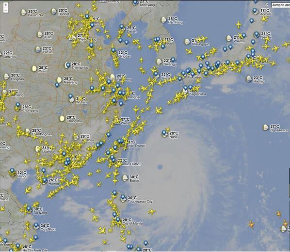 まさに今那覇を飛び立った豪の者が!! RT @goldenmarine: 台風の周りをなぞるように飛んでいる飛行機! みんな急げ~!! #FR24 http://t.co/RqvRkpoX47