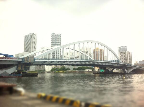 築地にかけられた新しい橋。これが開通する頃は、市場はもう移転してるのか… http://t.co/5h6tAq58b3