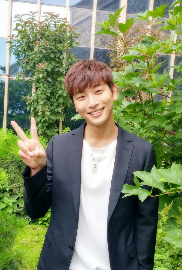 """""""@JYPACTORS: #Jungjinwoon at a terrace while waiting for the tvN Marriage  not Dating press conference :) pic.twitter.com/Q05Puoq0Uz"""""""