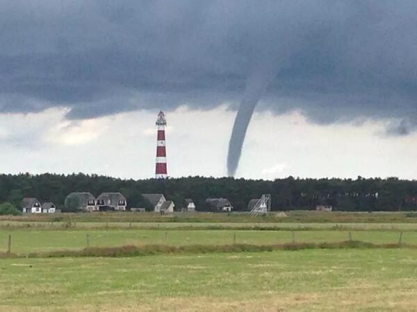 """""""@mrmiddendorp: Ook dit is een prachtig plaatje van Douwe Bakker! #waterhoos #ameland http://t.co/w8s6xYS0UO"""" gaaf!!"""