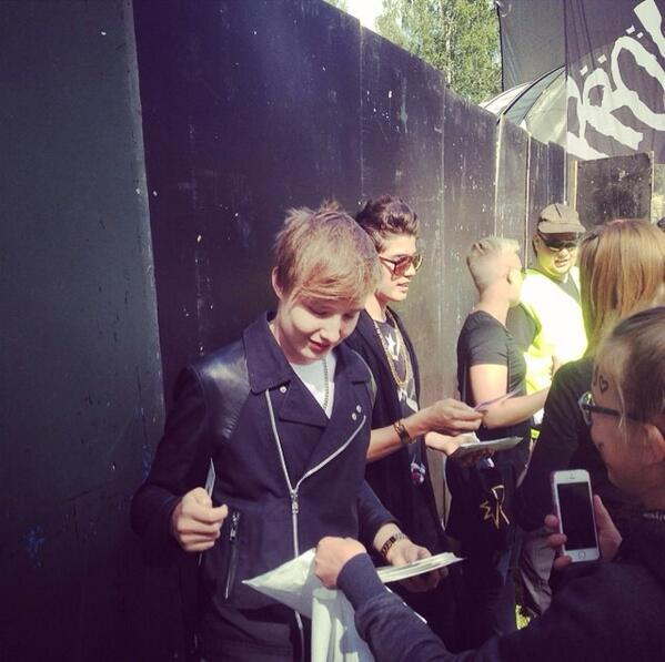 Meeting fans before the gig at Seinäjoki @IsacElliot http://t.co/wjJOOpl0JE