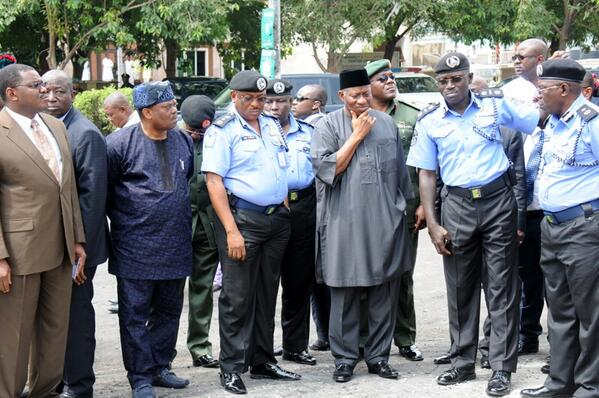 BrIrAFFCMAAbIbJ - Photo: President Jonathan visiting the site of the EMAB Plaza bomb blast