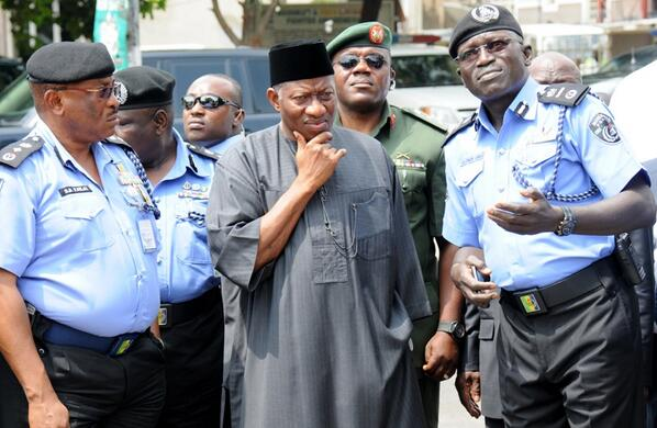 BrIrD3fCEAE2fxV - Photo: President Jonathan visiting the site of the EMAB Plaza bomb blast