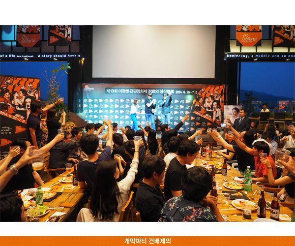 어제 김지운 감독의 축배로 시작된 미쟝센 단편영화제  뒷풀이. 아트나인의 멋진 야외 공간에서... 밤이 짧았다^^ http://t.co/qE7h83UEv6