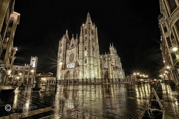 Quien diga que la Catedral de León no es LA belleza es realmente un necio. Pa flipar la fotina. Carlos López #Leonesp http://t.co/TdMCFb5ZEE