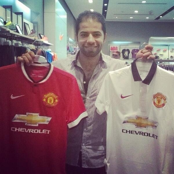 Looks like the new #United kits are official. Here's @SAKR666MUFC with the two kits at Nike KSA. Yellow logo?! Weird. http://t.co/DBXBpzjRbJ