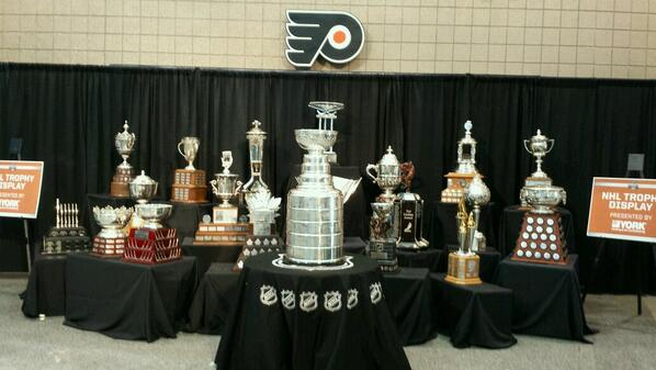 Rare photo of Stanley Cup in close proximity to Flyers logo: http://t.co/BeuIdVgOp1